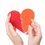 El día de tarjeta del día de San Valentín cosió el corazón en las manos de la mujer Imágenes de archivo libres de regalías