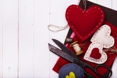 El día de tarjeta del día de San Valentín de los juguetes con sus propias manos Imagenes de archivo