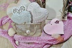 El día de tarjeta del día de San Valentín en las sombras del rosa - corazones en bolso de la malla Foto de archivo libre de regalías