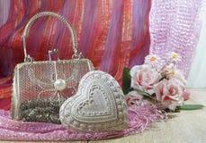 El día de tarjeta del día de San Valentín en sombras de rojo y de rosado - el corazón y la malla empaquetan Fotos de archivo libres de regalías