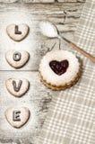 El día de tarjeta del día de San Valentín hecho en casa de las galletas Imagenes de archivo