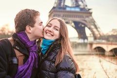 El día de tarjeta del día de San Valentín joven del gasto de los pares en París Fotografía de archivo libre de regalías