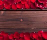 El día de tarjeta del día de San Valentín: pétalos de rosas Imágenes de archivo libres de regalías