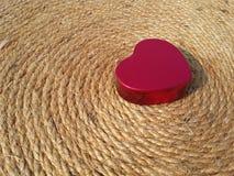 El día de tarjeta del día de San Valentín rojo feliz del corazón en la tierra negra Fotos de archivo