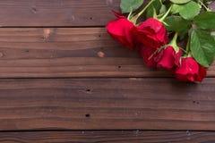 El día de tarjeta del día de San Valentín: rosas rojas Foto de archivo