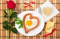 El día de tarjeta del día de San Valentín. Salchicha bajo la forma de corazón Fotos de archivo
