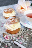 El día de tarjeta del día de San Valentín: Té romántico que bebe con el cre de chantilly de los pasteles Imagen de archivo