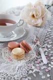 El día de tarjeta del día de San Valentín: Té romántico que bebe con los macarrones Imagenes de archivo