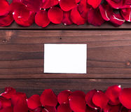 El día de tarjeta del día de San Valentín: Tarjeta de papel y pétalos de rosas vacíos blancos Imagen de archivo