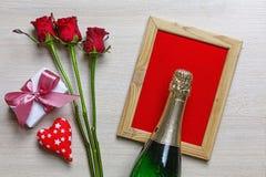 El día de tarjeta del día de San Valentín, Champán, corazones, caja de regalo, decoración, tarjeta fotografía de archivo