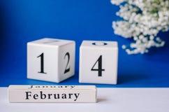 El día de tarjeta del día de San Valentín feliz del calendario en un fondo azul fotografía de archivo libre de regalías