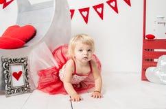El día de tarjeta del día de San Valentín - retrato de un pequeño bebé lindo imagen de archivo