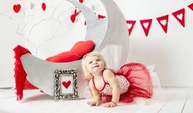 El día de tarjeta del día de San Valentín - retrato de una niña linda fotografía de archivo