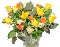 El día de tarjetas del día de San Valentín florece con las flores de las rosas blancas, anaranjadas, rojas y amarillas Imagenes de archivo
