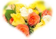 El día de tarjetas del día de San Valentín florece con las flores de las rosas blancas, anaranjadas, rojas y amarillas Fotografía de archivo libre de regalías