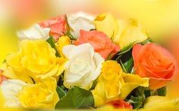 El día de tarjetas del día de San Valentín florece con las flores de las rosas blancas, anaranjadas, rojas y amarillas Imagen de archivo