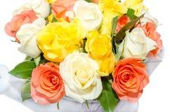 El día de tarjetas del día de San Valentín florece con las flores de las rosas blancas, anaranjadas, rojas y amarillas Imagen de archivo libre de regalías
