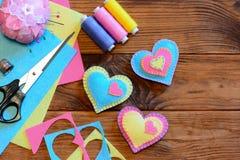 El día de tarjetas del día de San Valentín adorna idea Ornamentos del corazón del fieltro, tijeras, hilo, acerico, dedal, hojas d Fotos de archivo libres de regalías