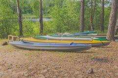 El día de verano en los bancos del río es kajaks Foto de archivo libre de regalías