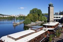 El día de verano soleado en el centro de Praga con las melenas se eleva Fotos de archivo libres de regalías