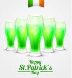 El día del fondo de St Patrick vidrio del duende verde de la cerveza en el fondo blanco Imágenes de archivo libres de regalías