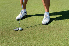 El día del golf El golfista deteniendo a un club y va a golpear el ir Imágenes de archivo libres de regalías