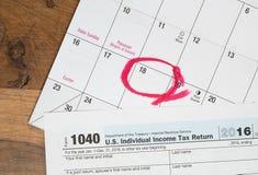 El día del impuesto para 2016 devoluciones es el 18 de abril de 2017 Imagen de archivo