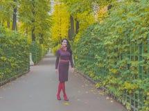 El día del otoño ella camina en el parque Fotografía de archivo