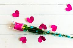 El día del ` s de la tarjeta del día de San Valentín con tiene rosa color de rosa en de madera blanco y el corazón p Foto de archivo