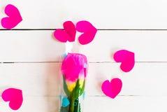 El día del ` s de la tarjeta del día de San Valentín con tiene rosa color de rosa en de madera blanco y el corazón p Fotografía de archivo