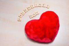 El día del ` s de la tarjeta del día de San Valentín deletreó hacia fuera en las tejas de la letra fotografía de archivo libre de regalías