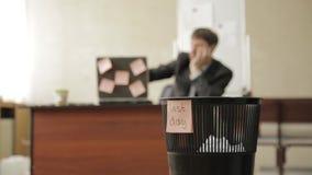 El día pasado en el trabajo, el hombre de negocios en oficina lanza los papeles en bote de basura, sueños de las vacaciones metrajes