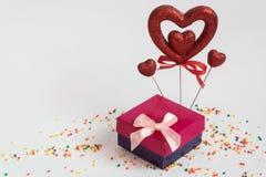 El día y un regalo de la tarjeta del día de San Valentín del corazón del regalo del día de tarjeta del día de San Valentín imágenes de archivo libres de regalías