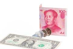 El dólar de EE. UU., el billete de banco chino del yuan y el yen japonés acuña en blanco Imagenes de archivo