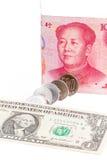 El dólar de EE. UU., el billete de banco chino del yuan y el yen japonés acuña en blanco Imagen de archivo libre de regalías