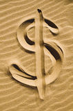 El dólar firma adentro la arena fotografía de archivo