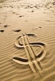 El dólar firma adentro la arena imagen de archivo libre de regalías