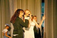 El dúo de los dos estrella del pop, bellezas Olga Tabor y Anna Malysheva rusos, solista de la menta verde de la banda de estallid Imágenes de archivo libres de regalías