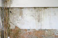 El daño del molde en la pared con los tubos se cierra para arriba Imágenes de archivo libres de regalías