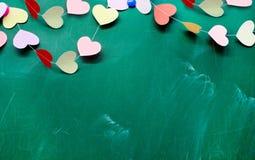 El día de tarjeta del día de San Valentín. Corazón de la ejecución de papel en fondo de la pizarra Fotografía de archivo libre de regalías