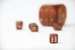 El dado de madera con pequeño de madera corta en cuadritos en el fondo blanco Imagen de archivo libre de regalías