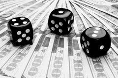El dado del póker rueda en los billetes de dólar, dinero Tabla del póker en el casino Concepto del juego de póker Jugar a un jueg Imagen de archivo libre de regalías