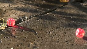 El dado rojo cae en un bloque de cemento en la cámara lenta almacen de metraje de vídeo