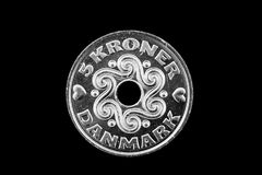 El danés 5 coronas acuña aislado en un fondo negro foto de archivo