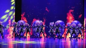 El  danza-grande del show†de los escenarios de la escala de la máscara shamanic el  del legend†del camino Fotografía de archivo