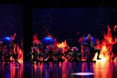 El  danza-grande del show†de los escenarios de la escala de la máscara shamanic el  del legend†del camino Fotos de archivo