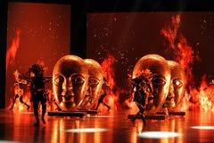 El  danza-grande del show†de los escenarios de la escala de la máscara shamanic el  del legend†del camino Fotos de archivo libres de regalías