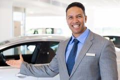 El dar la bienvenida del vendedor de coches Fotos de archivo libres de regalías
