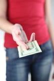 El dar/que le da de la mujer joven el dinero Imagenes de archivo