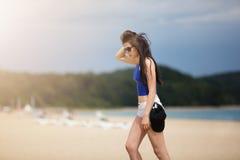 El dar un paseo abajo de la playa Foto de archivo libre de regalías
